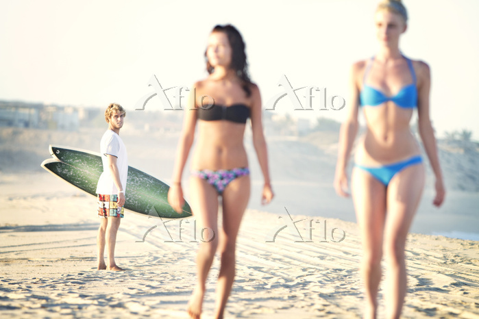 Man looking at women in bikini・・・