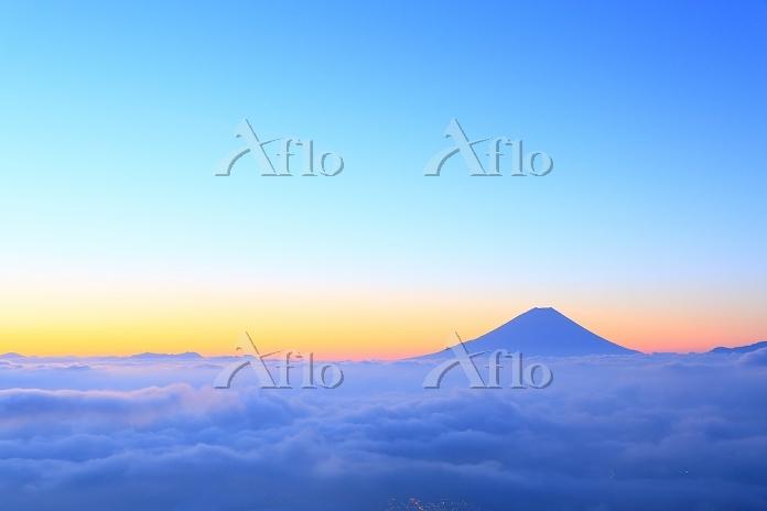 山梨県 櫛形山 朝焼けの富士山と雲海
