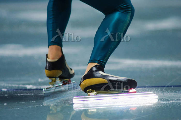 スピードスケートをする足元