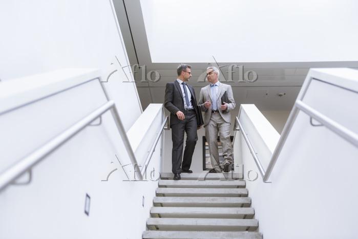 階段で話すビジネスマン