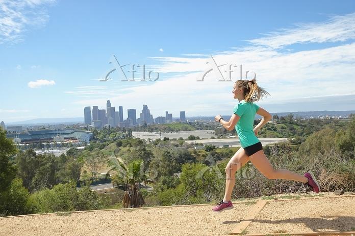 ジョギングする若者の女性