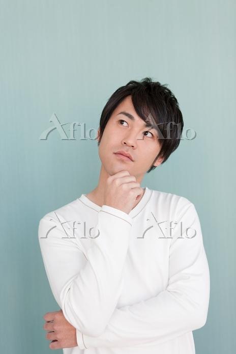 考える日本人男性