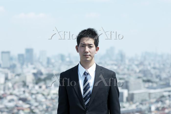 スーツ姿の若い日本人ビジネスマン