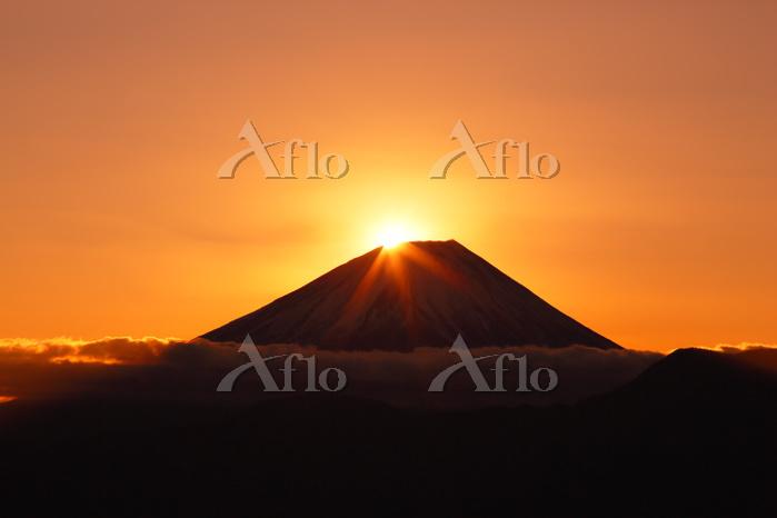 山梨県 上高下から望む元日のダイヤモンド富士