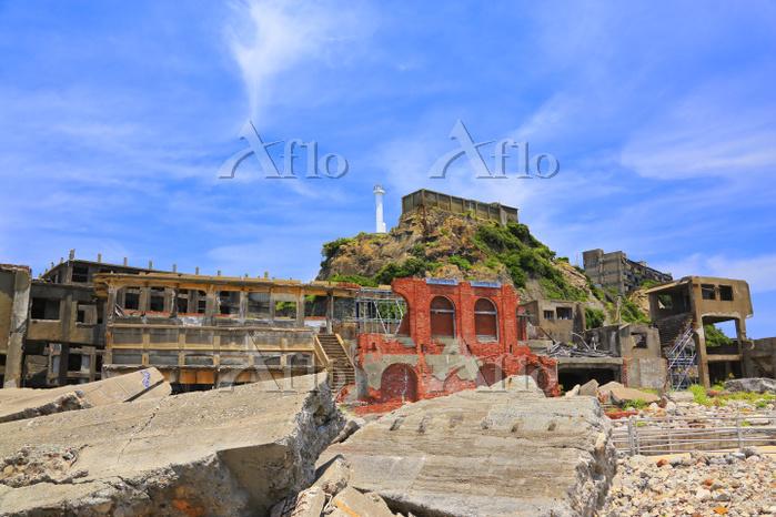 長崎県 軍艦島 廃墟の総合事務所と第二竪坑入坑桟橋と貯水槽