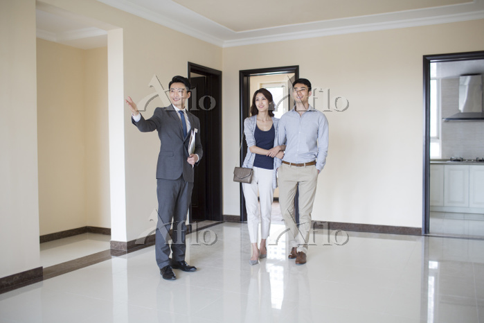 Realtor showing new house to y・・・