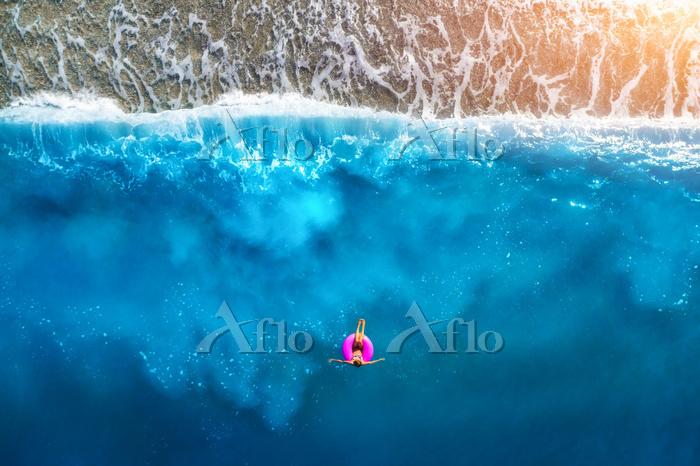 トルコ 夏の海に浮かぶ女性