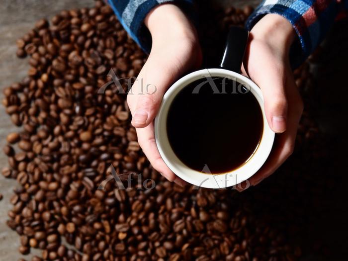コーヒーカップを持つ手