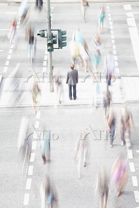 横断歩道に立つ男性