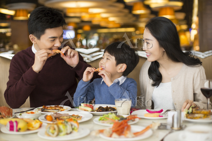 Cheerful young Chinese family ・・・