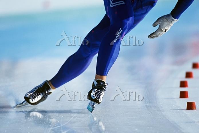 スピードスケート選手の足元