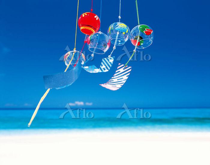浜辺で揺れるカラフルな風鈴