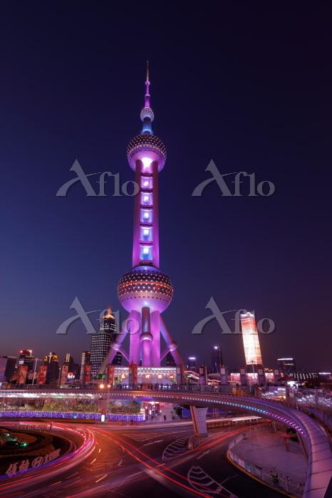 上海 東方明珠とロータリーの光跡夜景