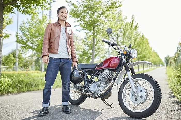 バイクの前に立つ男性