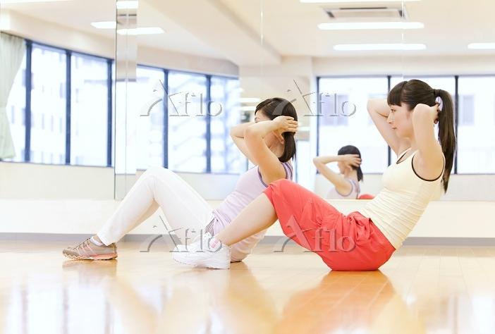 腹筋をする日本人女性