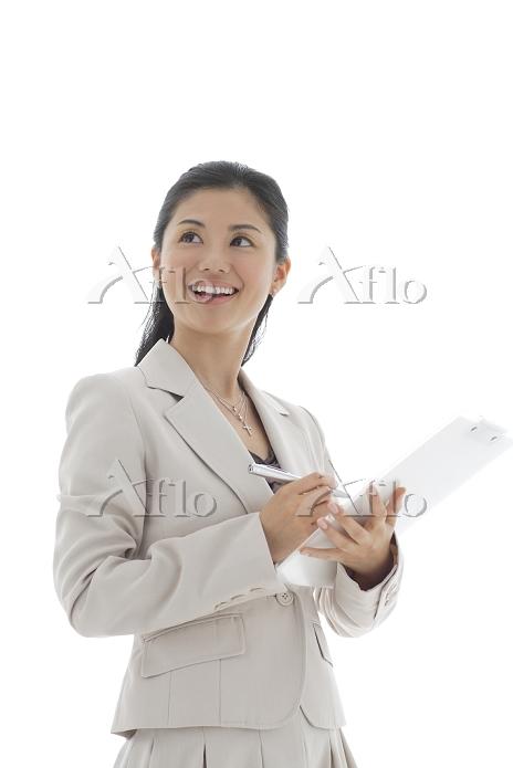 書類を持つ日本人ビジネスウーマン