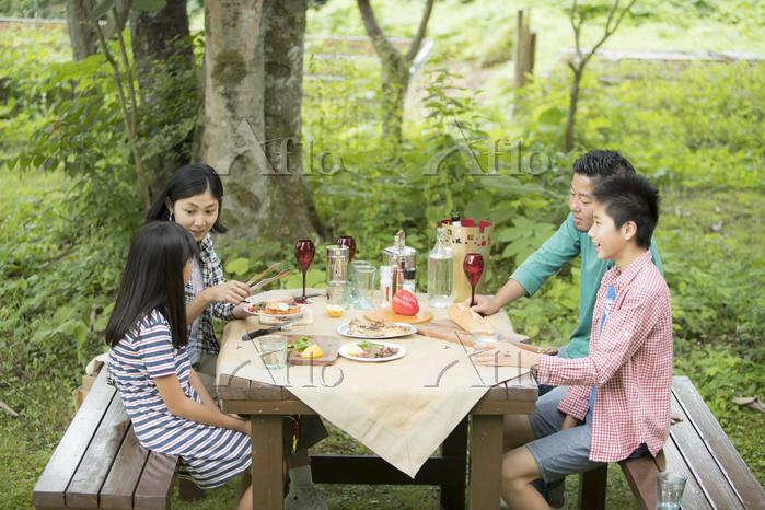 バーベキューを楽しむ日本人家族