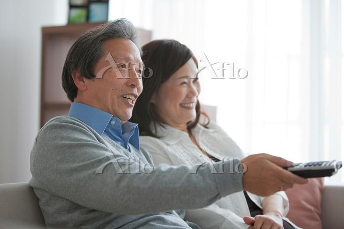 テレビを見ている中高年夫婦