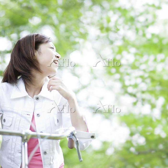 遠くを眺めて笑う日本人女性