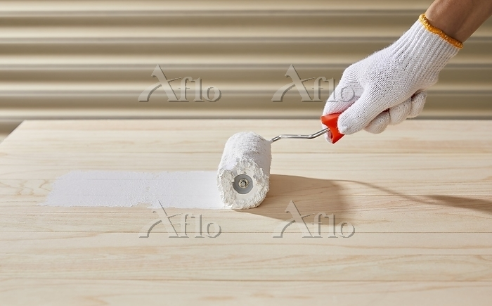 ペンキ塗りをする男性の手元
