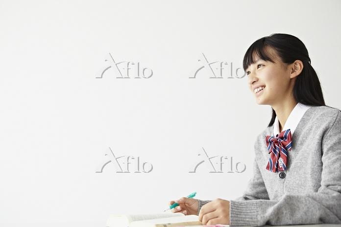 勉強する女子高生
