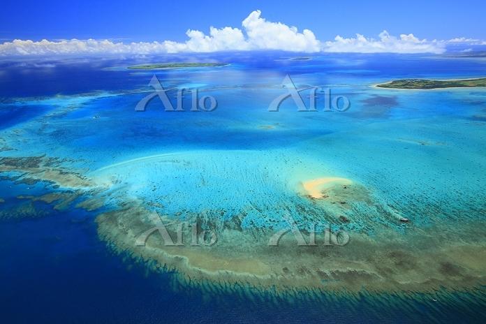 沖縄県 浜島(手前)と黒島(左)と小浜島(右)