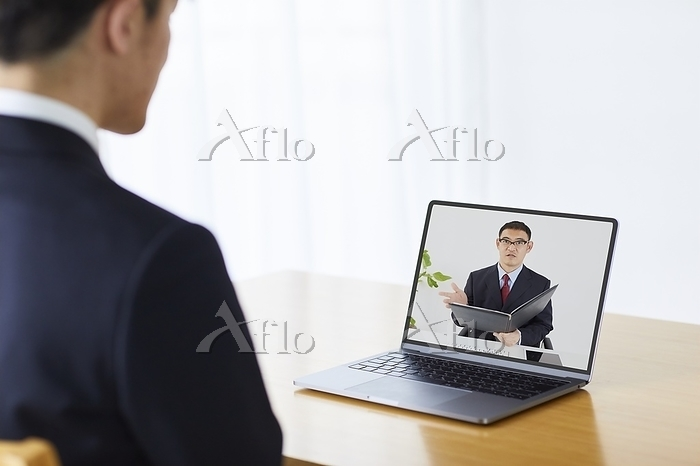 WEB面接をする日本人面接官