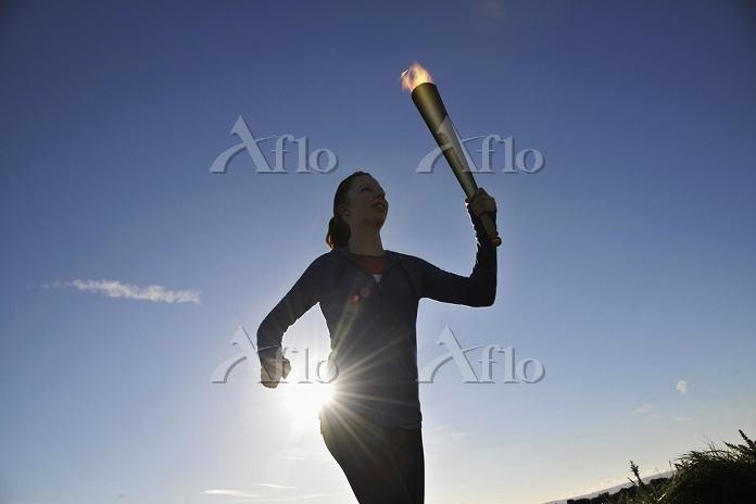 聖火を持って走る外国人女性