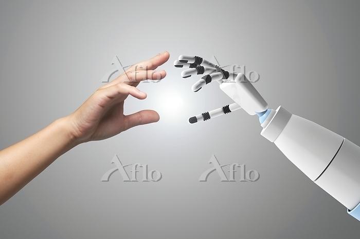 手を繋ぐロボットと女性