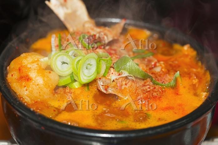 韓国 料理 カムジャタン(豚の背骨とジャガイモのスープ)
