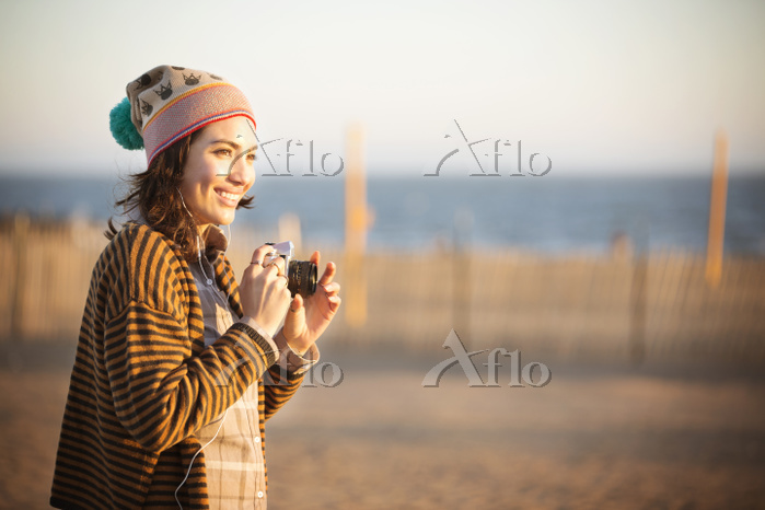 Cheerful woman holding digital・・・