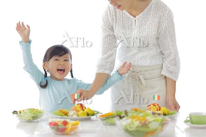 料理を作るお母さんと女の子