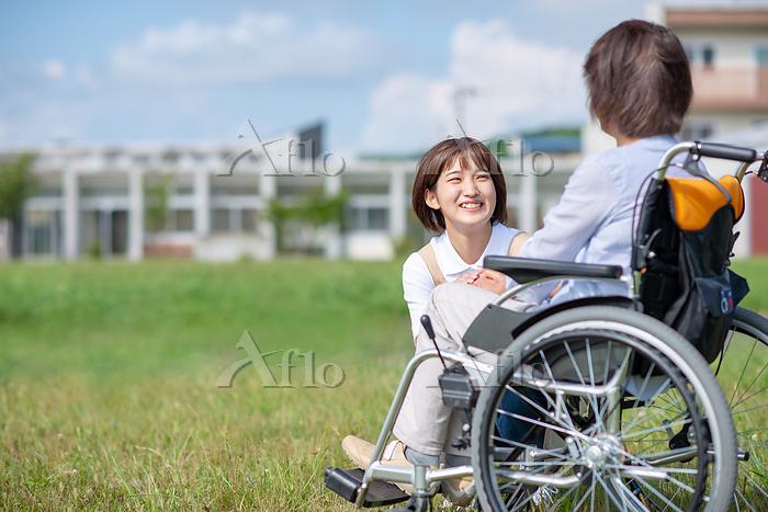 シニア女性を介助する介護士の女性