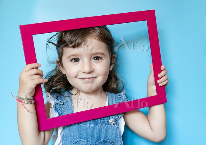 Portrait of cute little girl h・・・