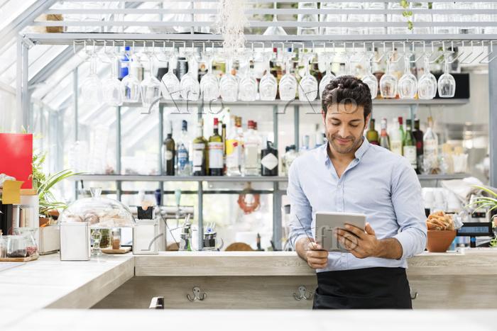 Bartender using tablet compute・・・