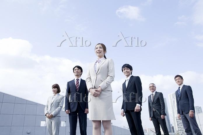 遠くを見る日本人のビジネスチーム