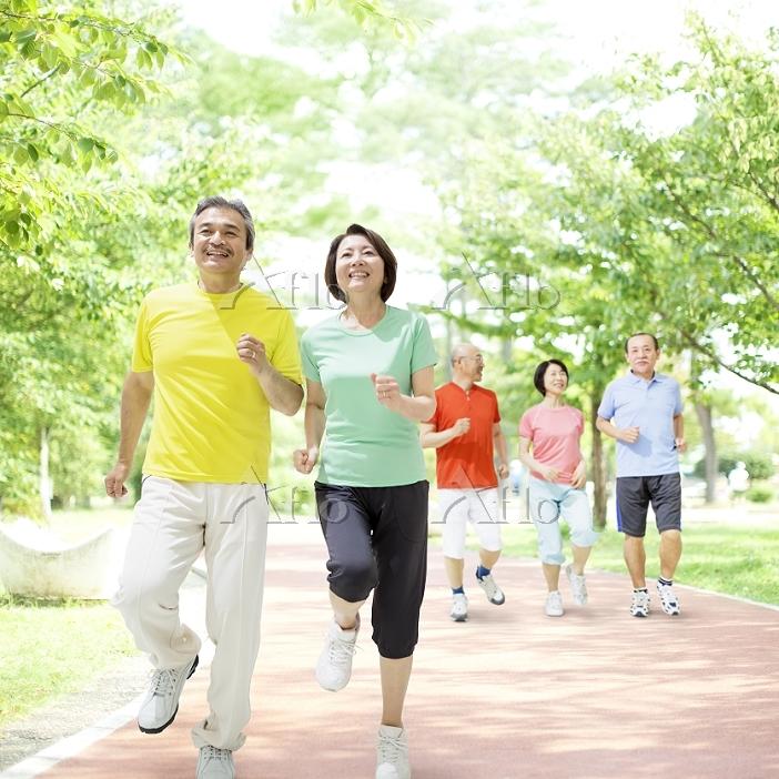 ジョギングをする日本人夫婦