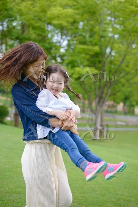 公園でふれあう母と子