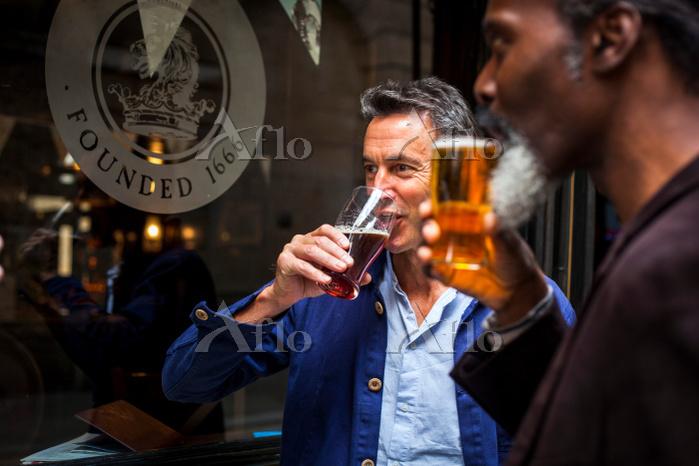 ビールを飲む外国人男性