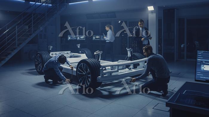 Automotive engineers working o・・・