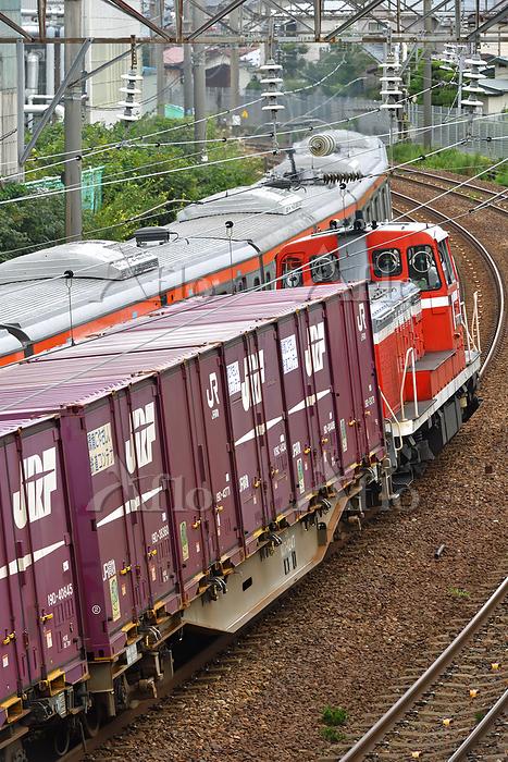 秋田県 奥羽本線 E231系試運転電車とすれ違うDE10牽引・・・