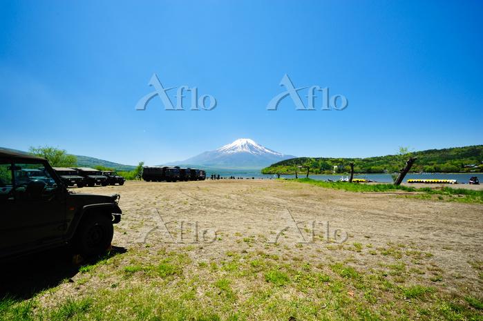 山中湖湖畔に停車する自衛隊車両と富士山