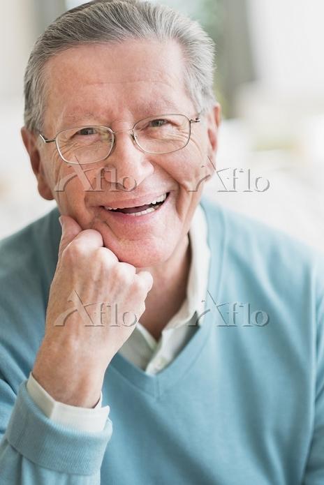 笑顔のシニア外国人男性