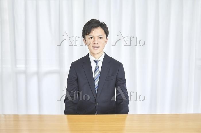 オンライン就職活動をする日本人男性