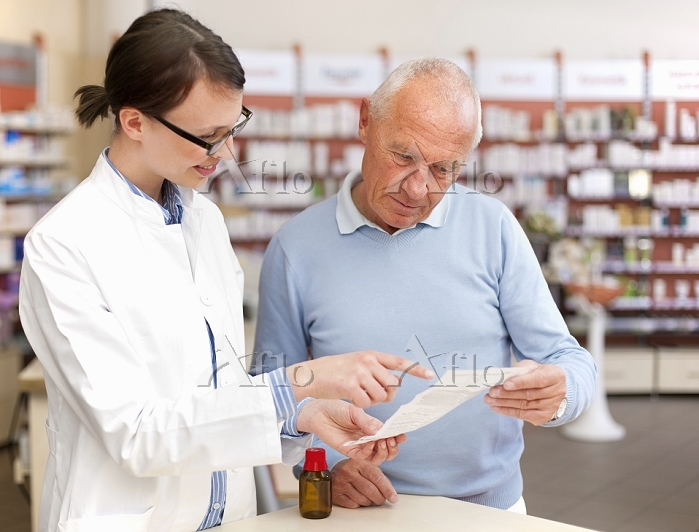 Pharmacist talking to patient ・・・