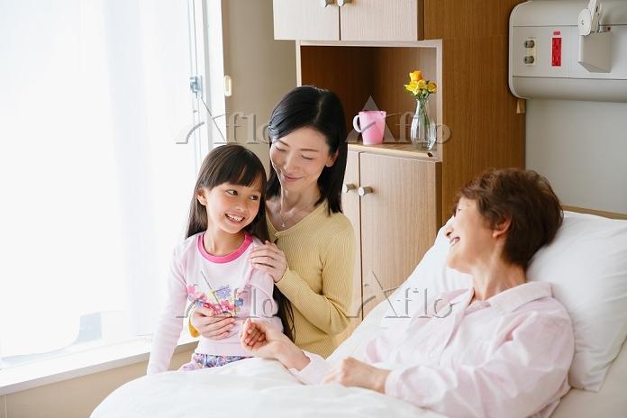 病室の日本人三世代女性