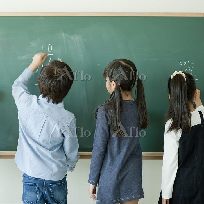 黒板で算数の問題を解く日本人の小学生