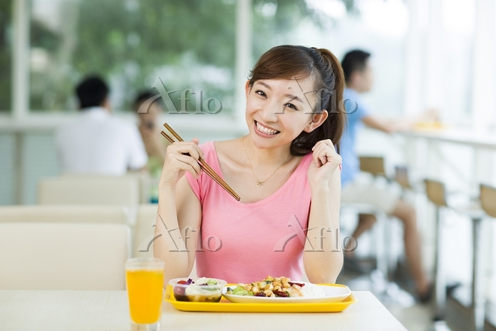 Young woman having a meal in r・・・
