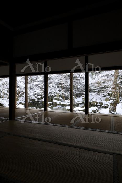 京都府 蓮華寺 書院から見る雪降る庭園