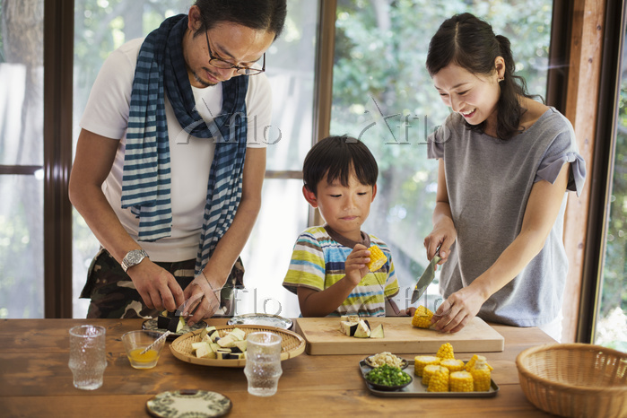 キッチンで調理する日本人の親子